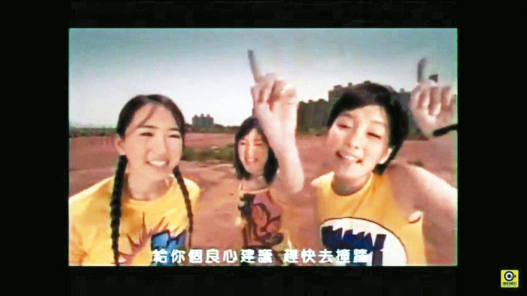 明道女友外傳是昔日女團KISS成員王婷萱(左一)。圖╱摘自YouTube