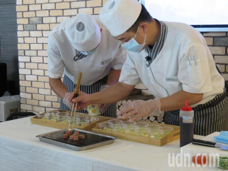 台中市長安醫院邀請兼六園日本料理鐵板燒主廚蔡昌志現場提供夏日料理建議及烹飪示範。...