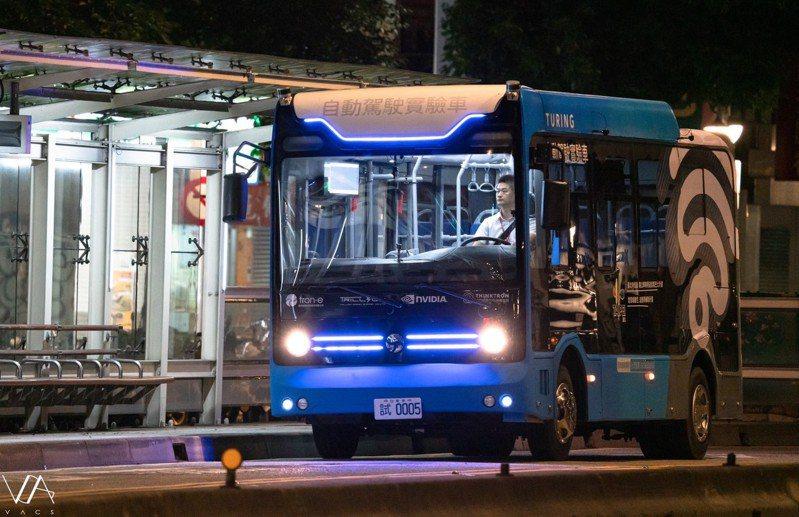5G智慧公車於臺北市信義路公車專用道夜間測試。圖/台灣智慧駕駛提供