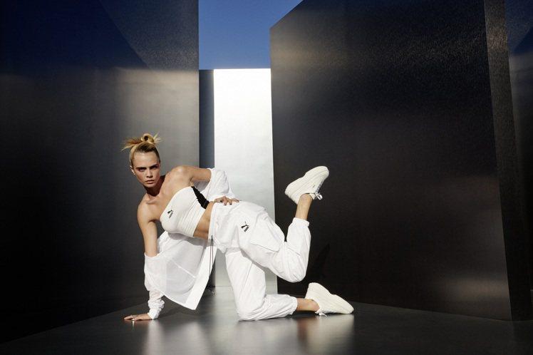 超模卡拉迪樂芬妮詮釋PUMA的DEVA限定裸白色鞋。圖/PUMA提供