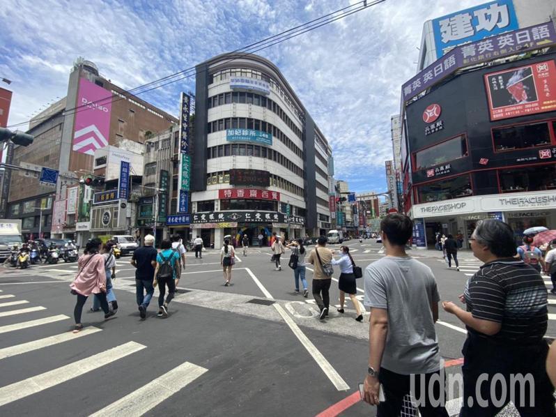 新北市長侯友宜說,板橋府中商圈在舉辦活動時,可以把馬路改成徒步區,擴大空間、活絡商圈,讓特色商店被看到,變成台北的西門町。記者王敏旭/攝影
