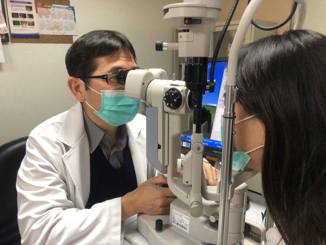 眼睛如果突然出現飛蚊症,可能是視網膜剝離前兆。圖/南投醫院提供