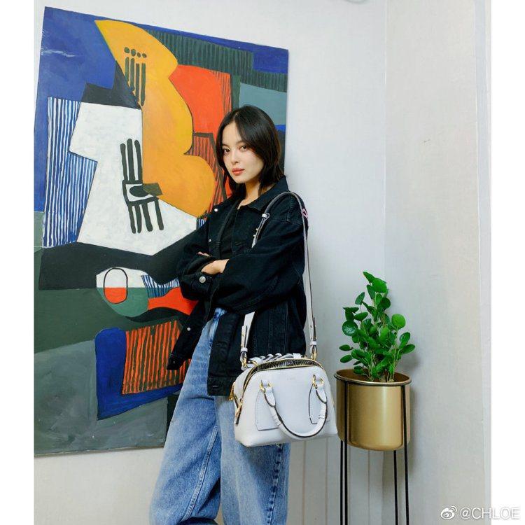 辛芷蕾詮釋Chloé Daria雲朵淺藍小型肩背手提兩用包,60,000元。圖/...