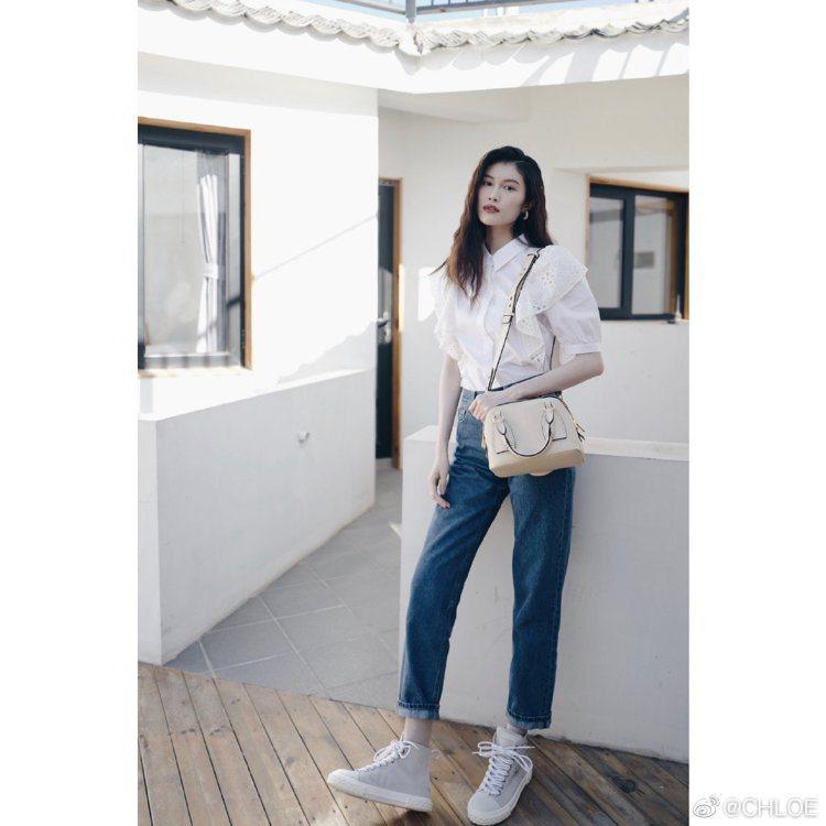 何穗手拿Chloé Daria米色小型肩背手提兩用包,60,000元。圖/取自微...