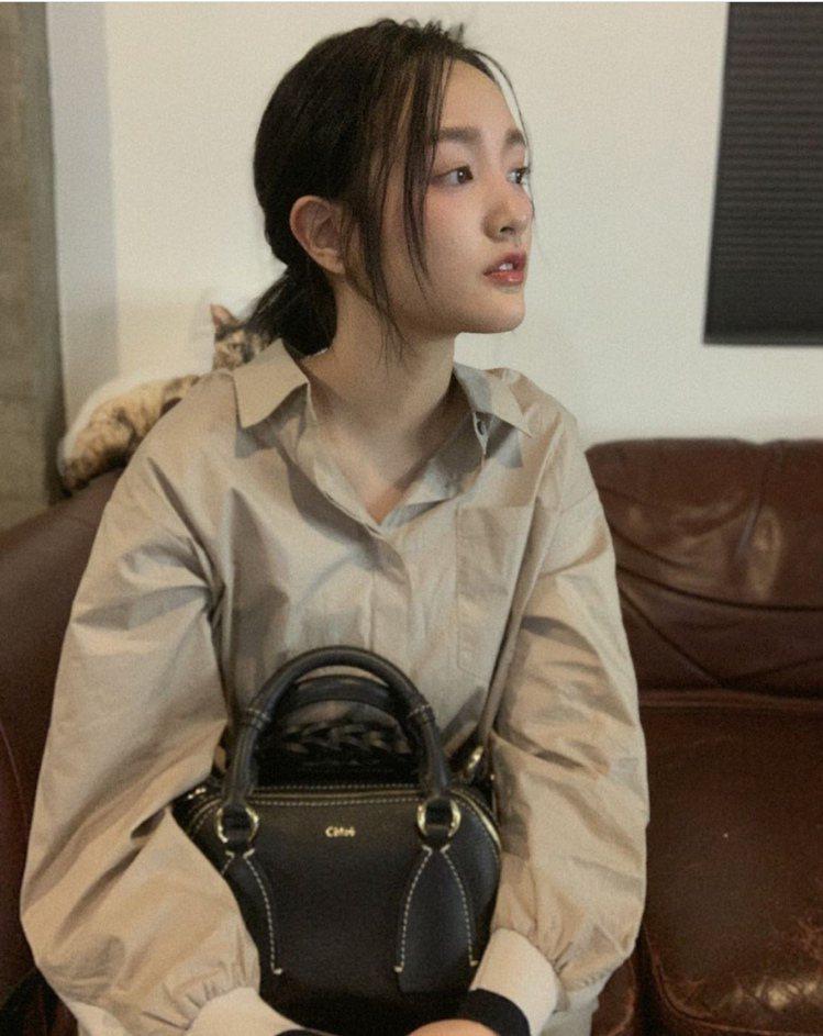 王淨搭襯Chloé Daria深海藍小型肩背手提兩用包,60,000元。圖/取自...