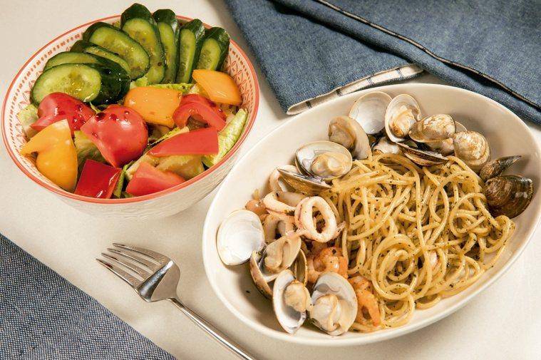 呂孟凡營養師示範:青醬海鮮義大利麵佐沙拉。圖/尖端出版社提供