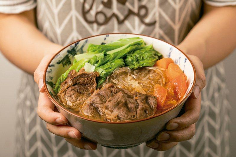 呂孟凡營養師示範:紅燒番茄牛肉細粉。圖/尖端出版社提供
