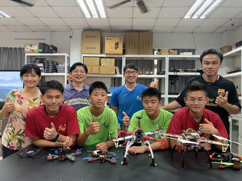 台南左鎮國中發展無人機課程,吸引外地學生就讀,後排二為校長蔡宜興,後排右一為開始帶領的體育老師廖哲鋒。記者吳淑玲/攝影