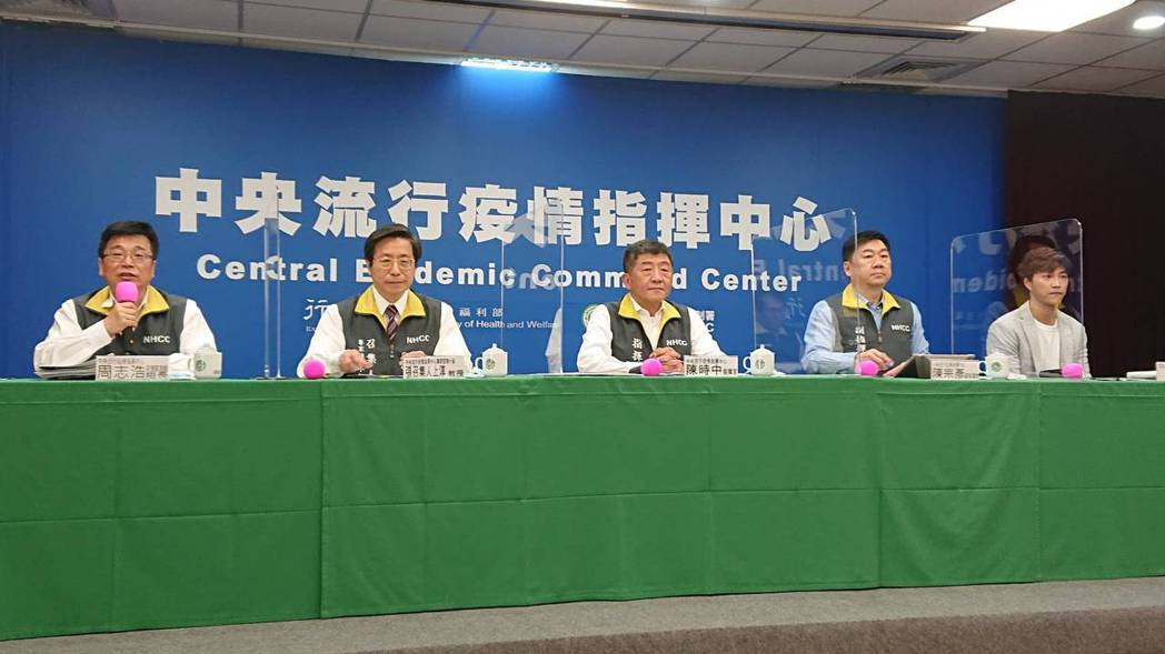 陳時中(左三)於流行疫情指揮中心記者會上回應健保醫材議題。記者陳婕翎/攝影
