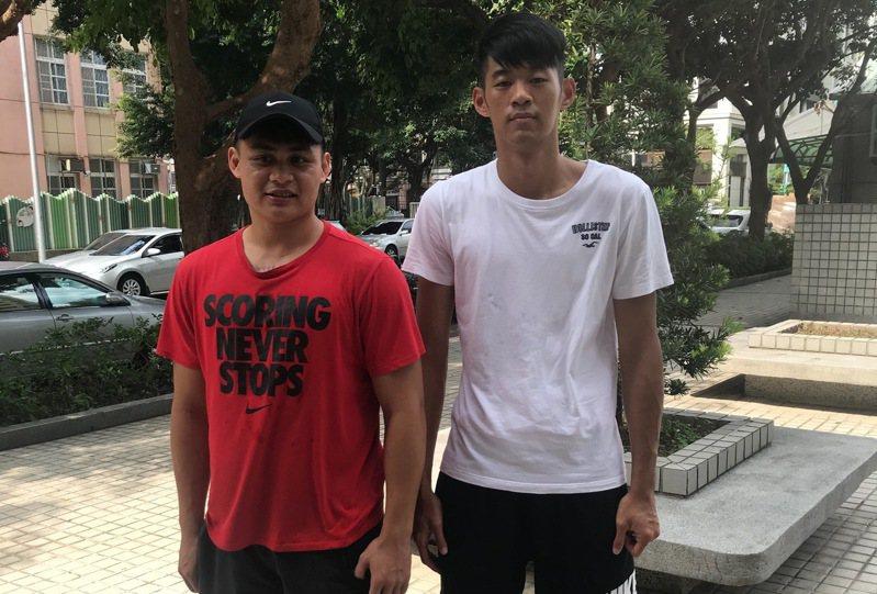 康寧大學梁浩真(左)、陳俊翰(右)成為前兩位報名第18季SBL選秀會的球員。記者劉肇育/攝影