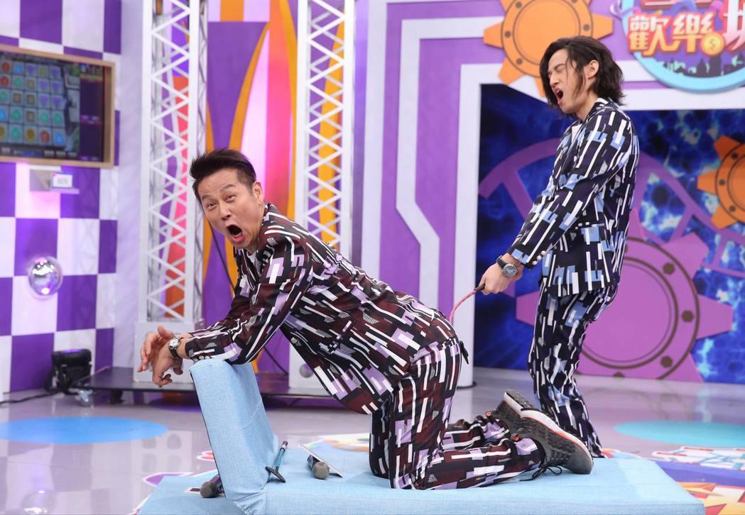 徐乃麟(左)和兒子徐新洋搭檔新節目,兒子作勢打老爸,效果十足。記者徐兆玄/攝影