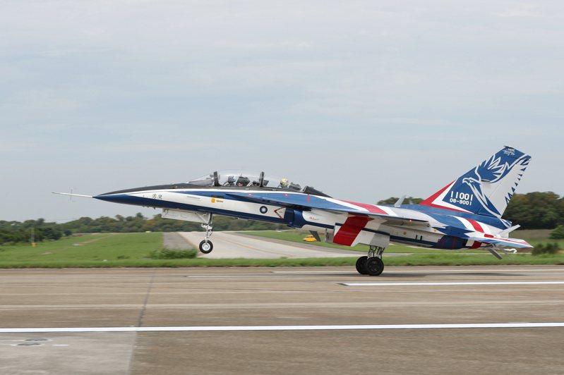 預定於本月22日升空首飛的空軍高級教練機「勇鷹」原型機,今天在台中清泉崗基地實施試飛,國防部下午發布戰機起降過程多角度照片與影片。圖:國防部提供