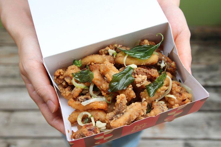 繼光香香雞推出酥炸魷魚,可搭配塔香拌料食用,每份115元。圖/繼光香香雞提供
