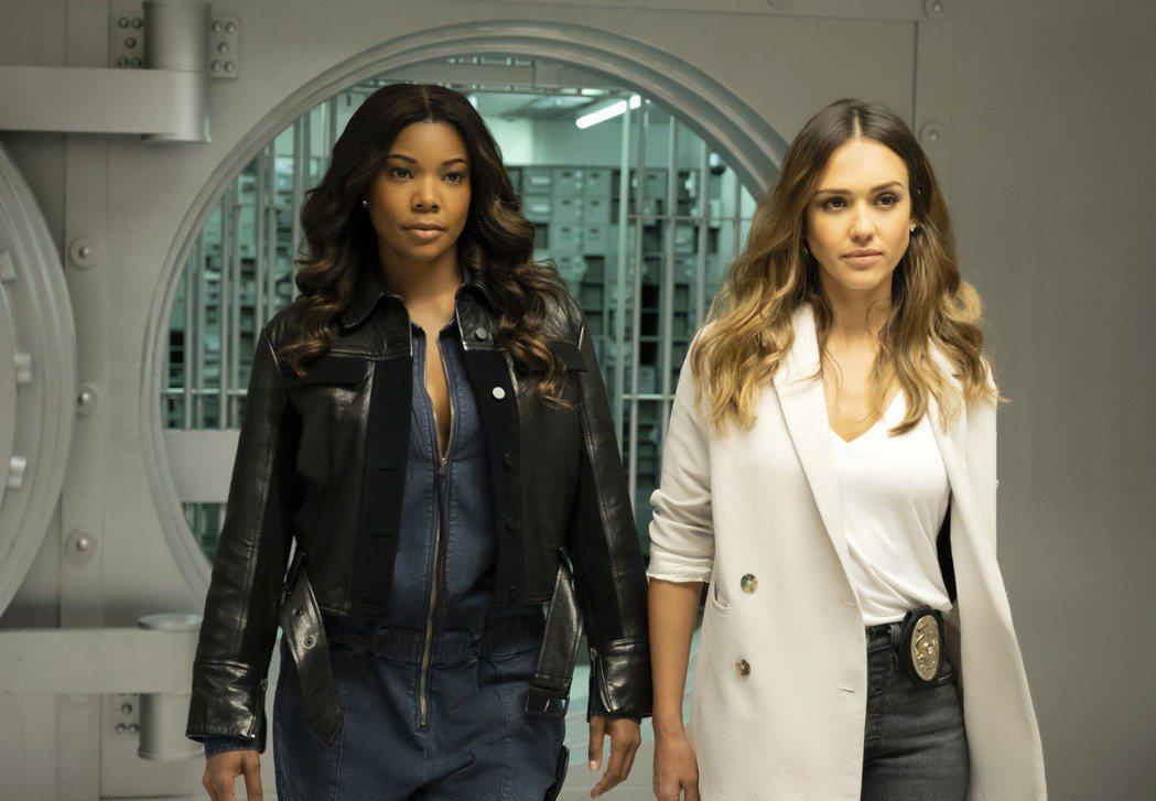 蓋柏莉尤妮恩(左)和潔西卡艾芭主演的「洛杉磯戰警」,新一季將暫緩首播。圖/摘自i