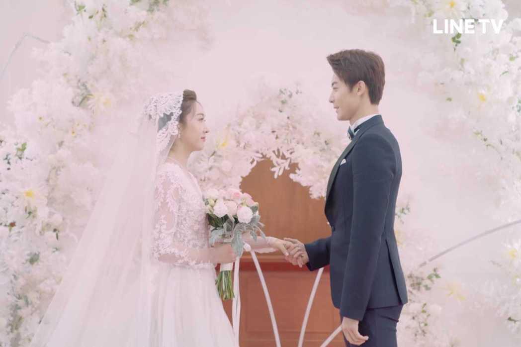 宣璐(左)披白紗浪漫出嫁趙志偉。圖/LINE TV提供