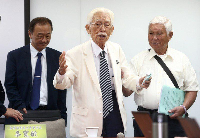 台灣制憲基金會董事長辜寬敏(中)認為,以現在的社會水準,18歲能投票沒有不合理,但民進黨推動18歲公民權,「完全是以選舉為目的」。圖/聯合報系資料照片