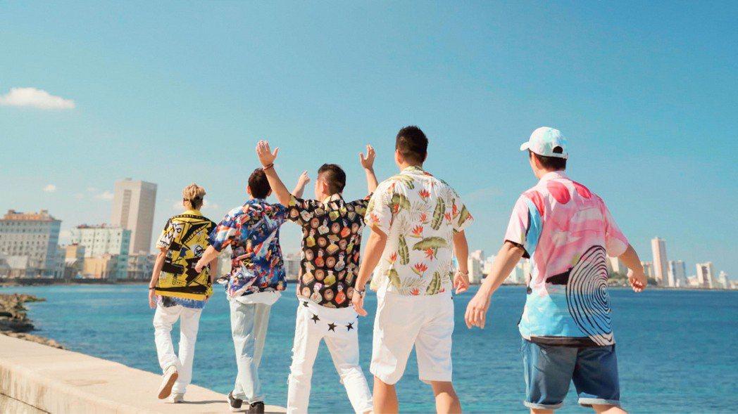 柯有倫(左3)化身最強導遊,帶都周董與好友遊古巴。圖/Netflix提供