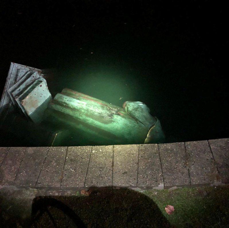 維吉尼亞州瑞奇蒙的哥倫布銅像被扔入湖中。路透