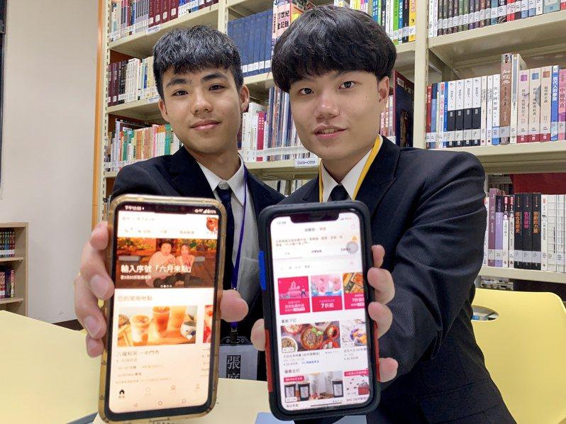 台中一中語文資優班張庭維(左起)、陳真吾的小論文發表研究「美食外送風潮」。記者喻文玟/攝影