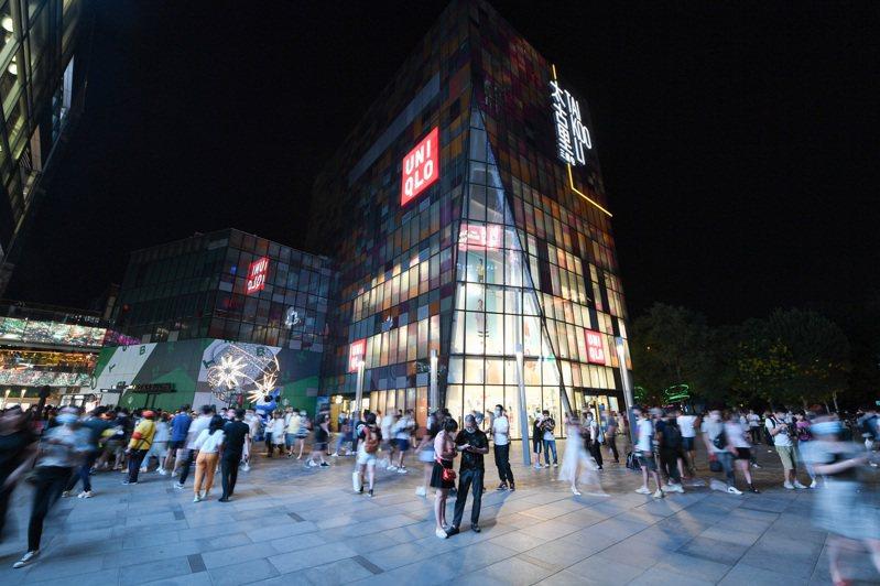北京79個地標、商圈、特色街區近日推動消費,營造消費氛圍,北京「夜經濟」也加速回暖。 圖為民眾6日在北京三里屯商圈逛街消費。(新華社)