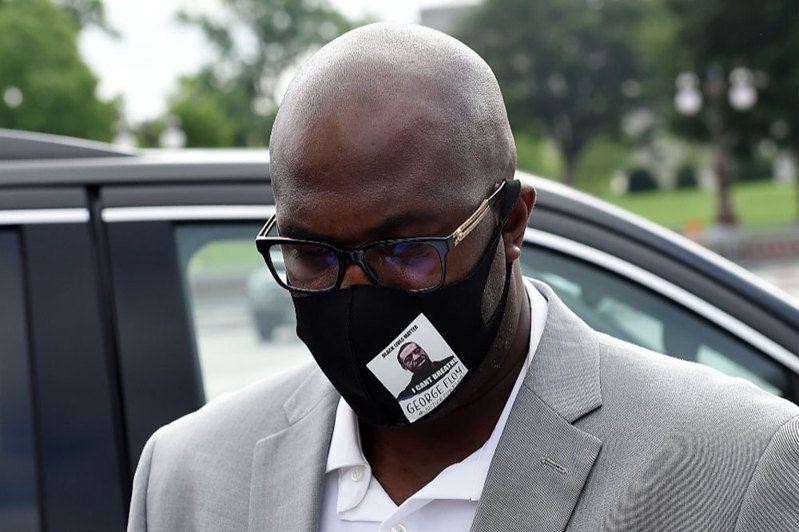 因警暴而死的非裔男子佛洛依德的兄弟非洛尼斯(圖)10日出席聯邦眾議院司法委員會的聽證會。法新社