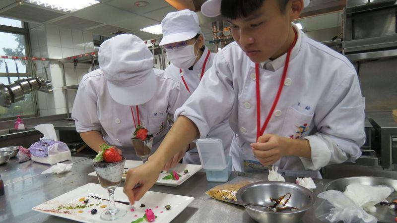 餐飲系很受學生青睞,因人才培育過剩,教育部禁止技專校院餐旅群科增設新系,名額也不能增加。 圖/聯合報系資料照片