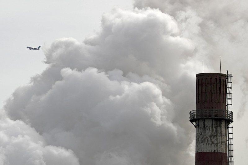 煤是所有燃料中最會排碳的,且會使空氣中充滿致癌粒子。圖為2017年北京一座燃煤發電廠排放白煙。 (美聯社)