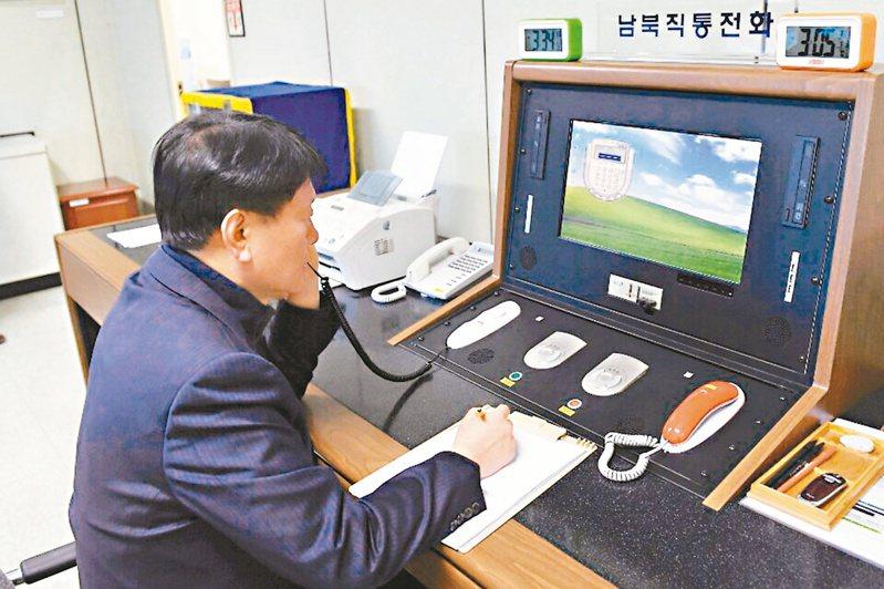 北韓九日宣布切斷兩韓所有電話和聯絡管道,圖為南韓官員二○一八年透過兩韓熱線與北韓官員通話。 (美聯社)
