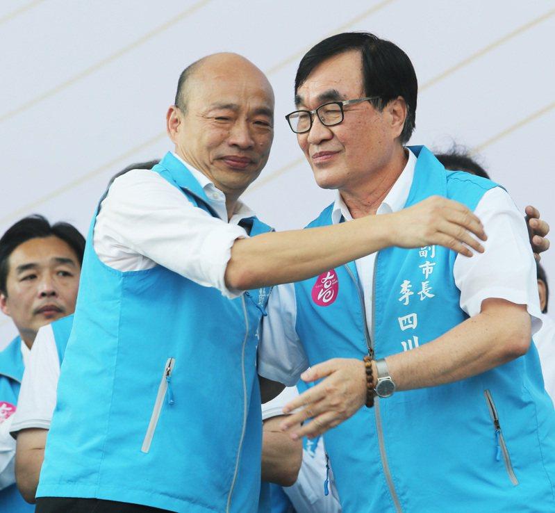 高雄市長韓國瑜(左)最後一天上班,特地舉辦草地惜別音樂會,還與李四川(右)擁抱感謝他的貢獻。記者劉學聖/攝影