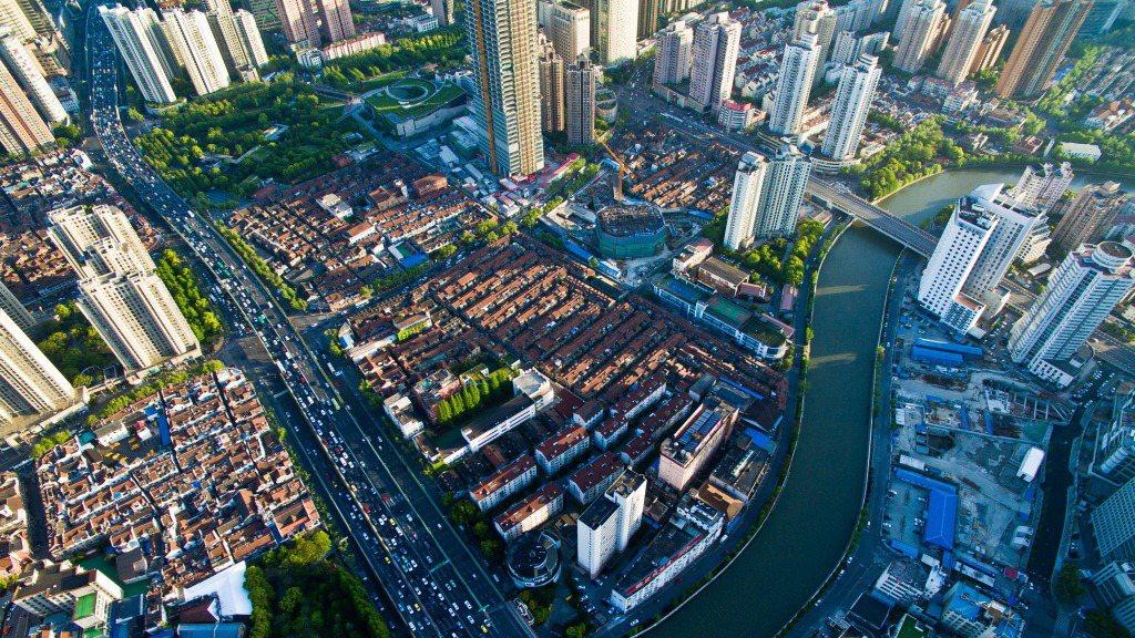2016年上海新靜安蘇河灣兩岸的空拍城市景觀。 新華社