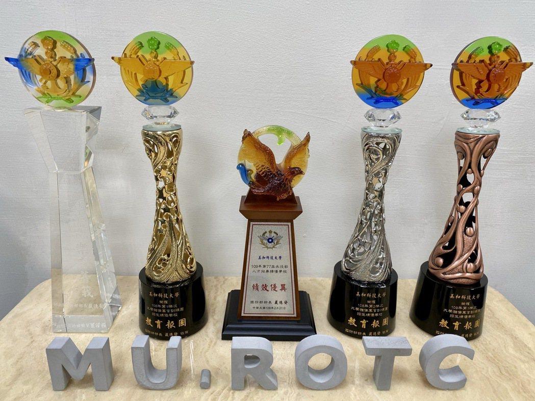 績優獎座-美和ROTC教育中心連年獲獎,今年並獲兵役節表揚,奠定該中心在ROTC...