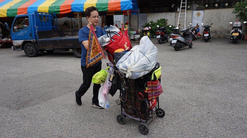 大甲鎮瀾宮媽祖遶境進香活動11日晚間11時起駕,基隆市民楊孝明參加遶境已有10年,跟隨媽祖遶境祈求愛妻身體健康,他的推車上堆滿了睡袋、衣物、遮陽避雨的工具。中央社