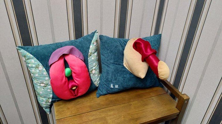童嵩珍自製的男女性器官抱枕,幫助個案了解自己和對方的身體構造。 圖/取自50+(...