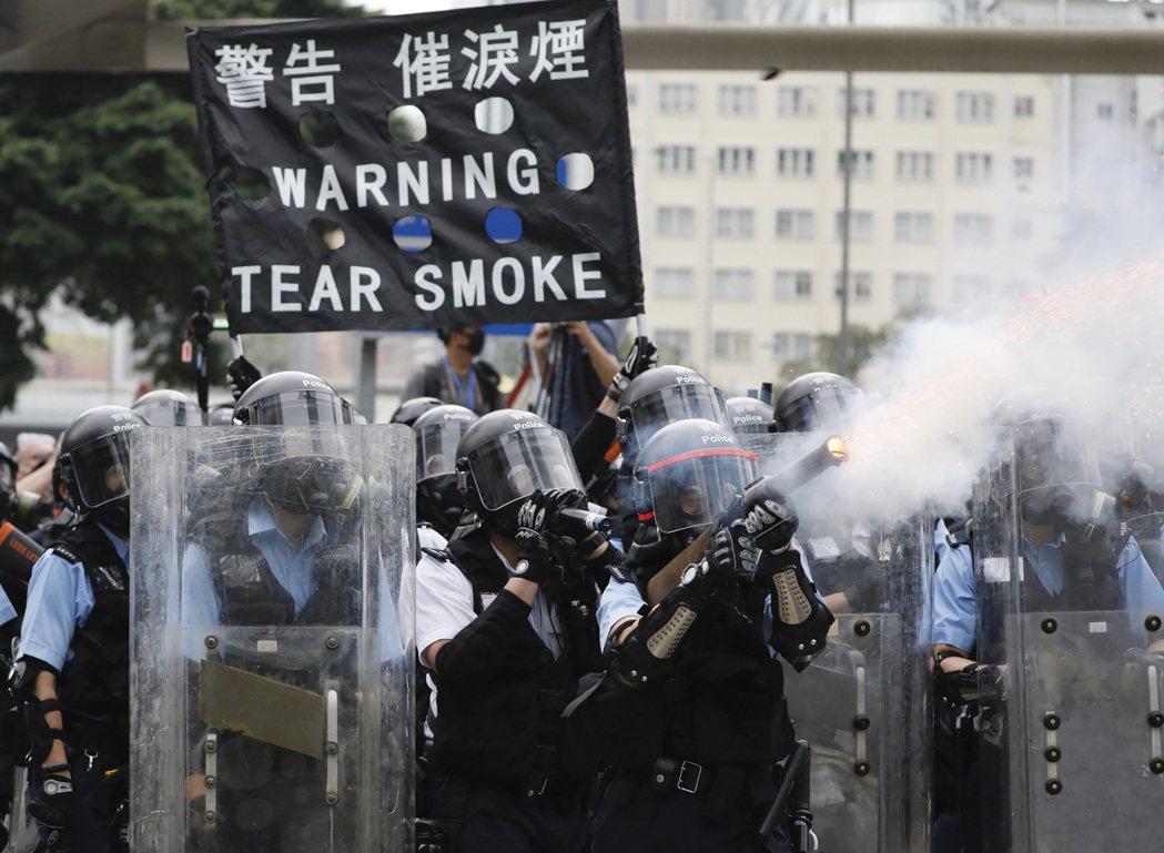 2019年6月12日下午3:47分,香港政府以第一枚催淚彈回應了103萬人的和平示威。 圖/美聯社