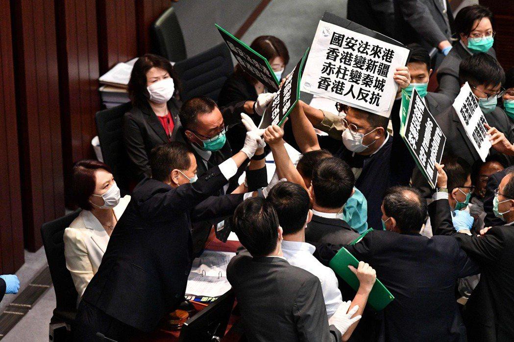 今年5月中國政府公布將訂立「港版國安法」,部分香港區議員在立法會內抗議、引發衝突。 圖/法新社