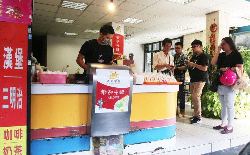 不少民眾上班前會在傳統早餐店購買早餐。報系資料照