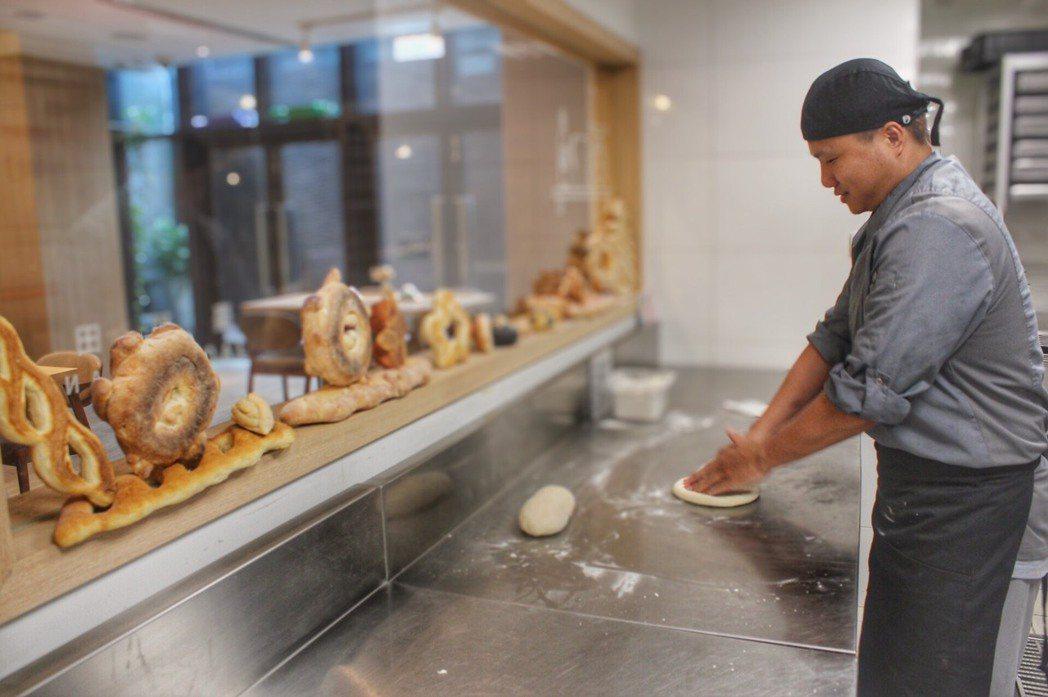 棗稻田米麵包,透過櫥窗,麵包的製作過程一覽無余,用料講究,食材新鮮,難怪饕客們鍾...