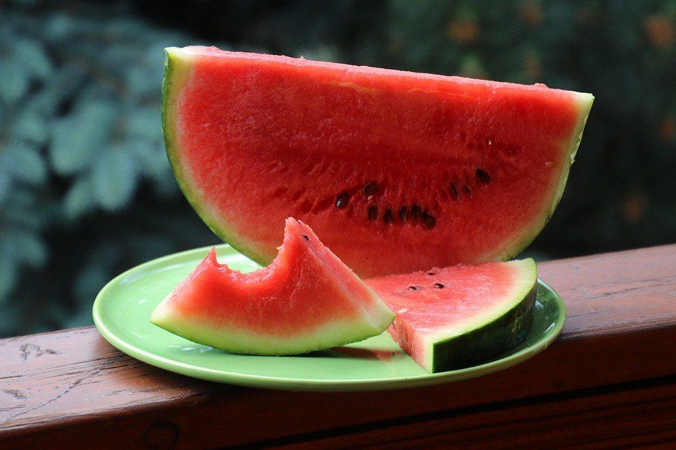 在炎熱酷暑難耐的夏天,來片甜美富含水份的西瓜,真是極高享受。 圖/pixabay