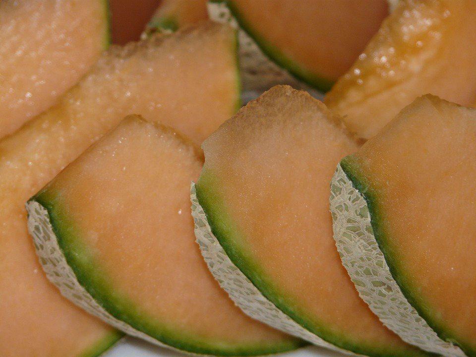 一切開黃澄澄的的哈密瓜,也是抗氧化能力β隱黃素的大宗來源。 圖/pixabay