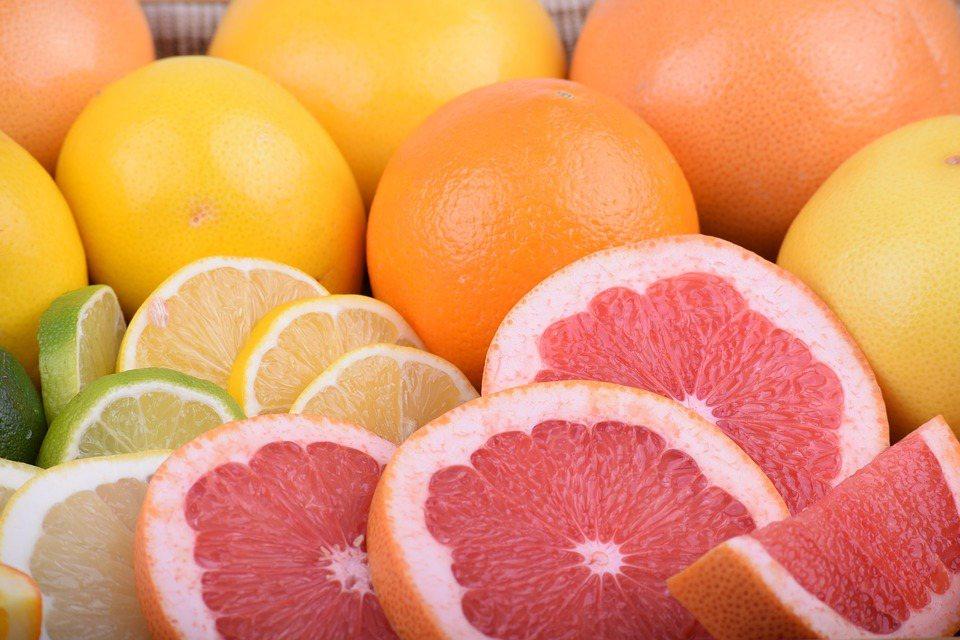 用湯匙挖著果肉吃,才是完整攝取營養的方式。 圖/pixabay