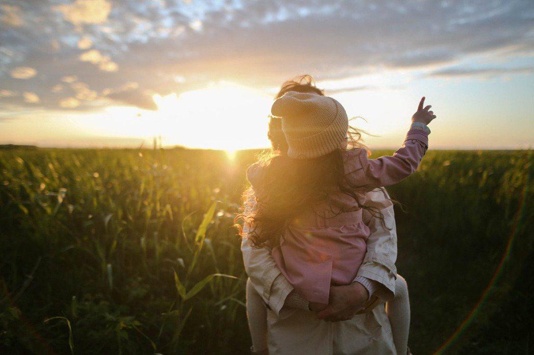 唯有傳承生命的美好,才能讓我們終將殞落的生命,生生不息,甚至再次高飛。就像我與孩...