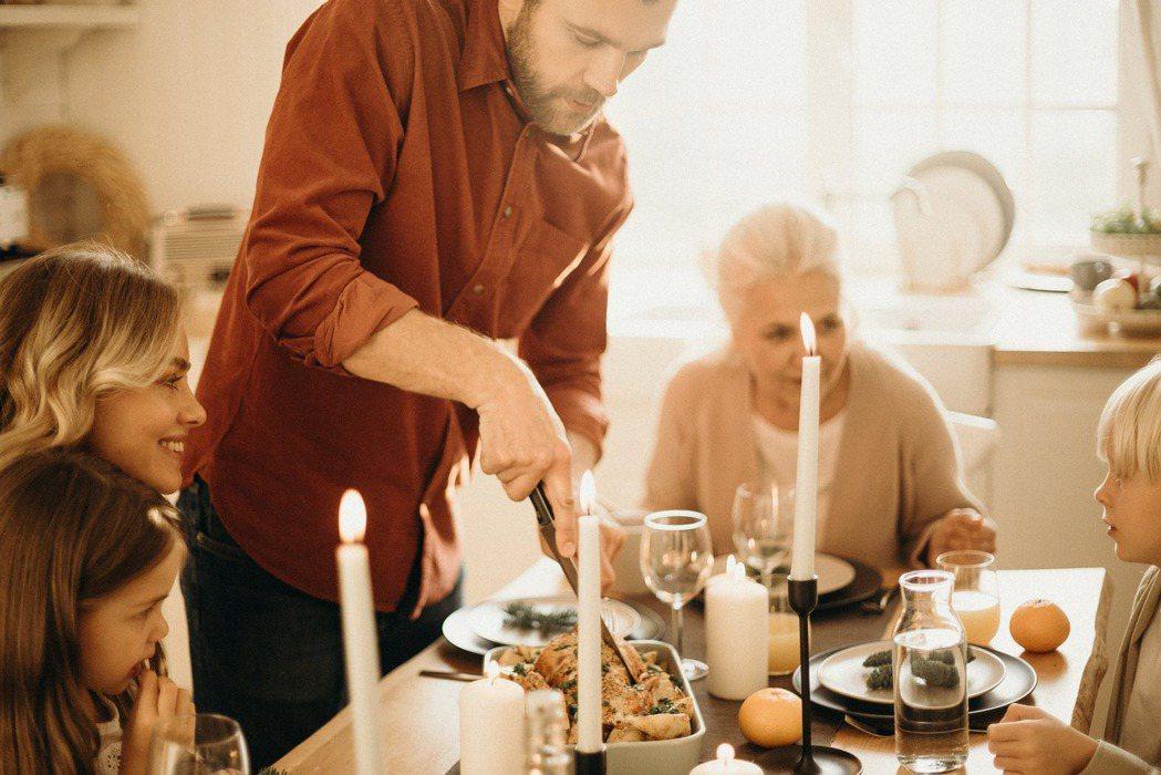 如果你的父母曾經以身作則,同樣悉心照顧你,你可能很容易就成為模範照護者。 圖/p...