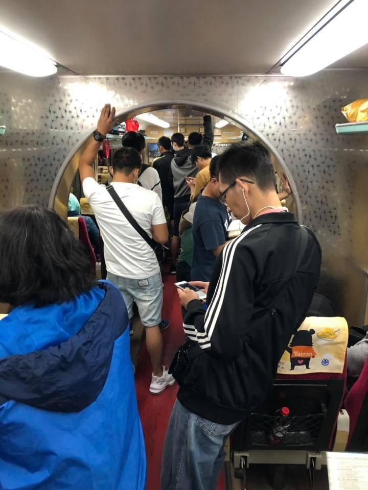 網友搭火車時發現車廂內有拱門設計,釣出內行人曝其功能。圖擷自facebook