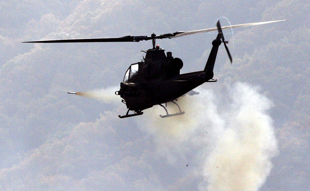 圖為2008年,南韓AH-1S眼鏡蛇直升機,在京畿道楊平郡的軍事演練發射。當時南...