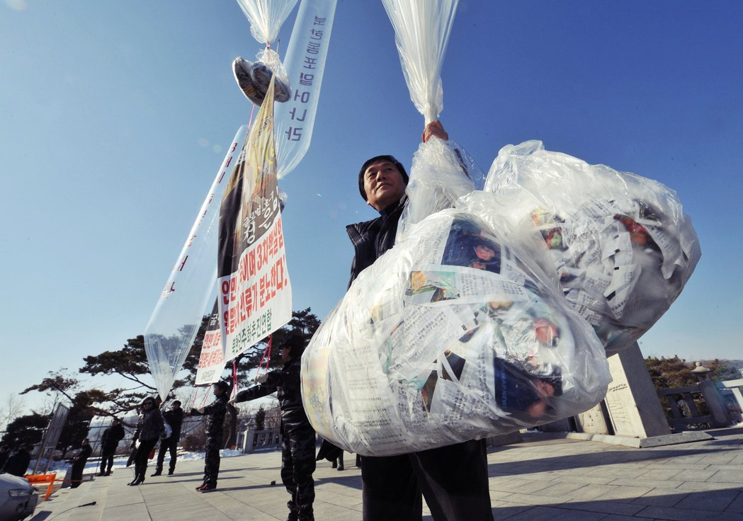 南韓脫北者運動團體在邊境地帶散發對北傳單,引發最高領袖金正恩之妹——金與正——譴...
