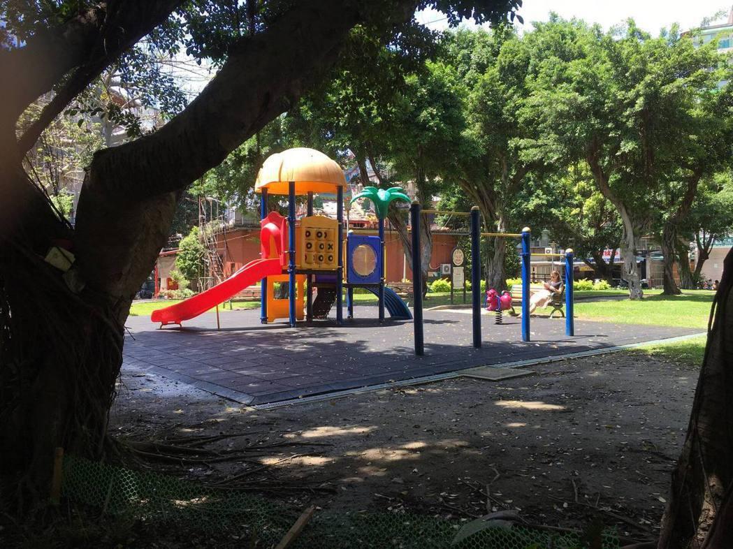 樹德公園改造前,中心區域為塑膠遊具。圖/游適任提供