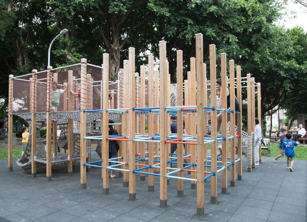 66根木柱組成的大型遊具讓樹德公園吸引親子們前來。記者陳立凱/攝影