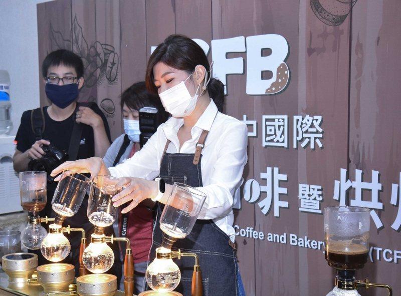 解封後第一個大型展覽「台中國際茶、咖啡暨烘焙展」邀請世界虹吸咖啡冠軍楊衣姍小姐到...