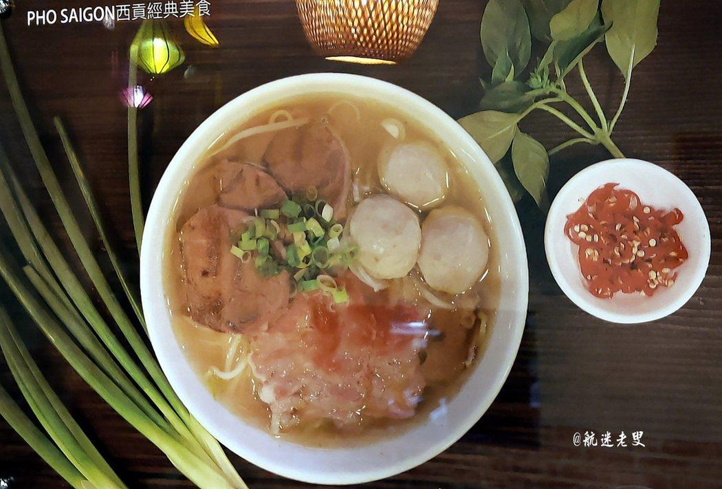牆上的美食照片中,瞭解越南人飲食以清淡為主,主要有河粉、春捲最佳配料是魚露,不管吃什麼都喜歡配上魚露,越南人幾乎每天都要吃河粉,由此可見河粉在越南飲食中的地位舉足輕重。