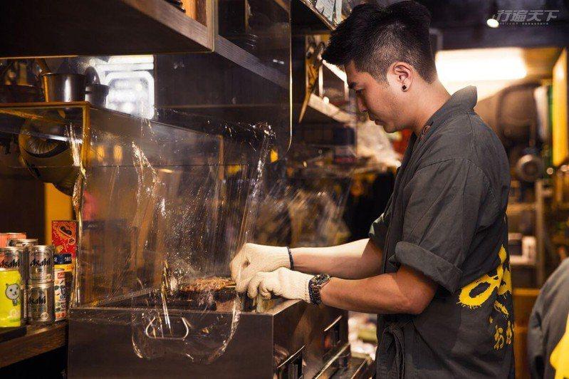 為讓回家的客人盡享豐富暖心餐點,店長三十用愛燒烤各式串燒。